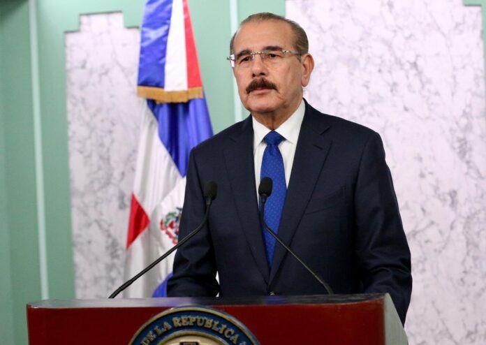 Danilo Medina emite tres decretos donde deroga a 44 BOTELLAS de varias instituciones del Estado